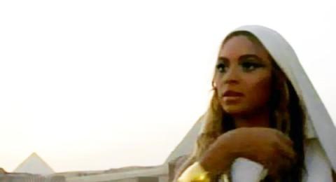 بيونسيه تبكي وسط الأهرامات